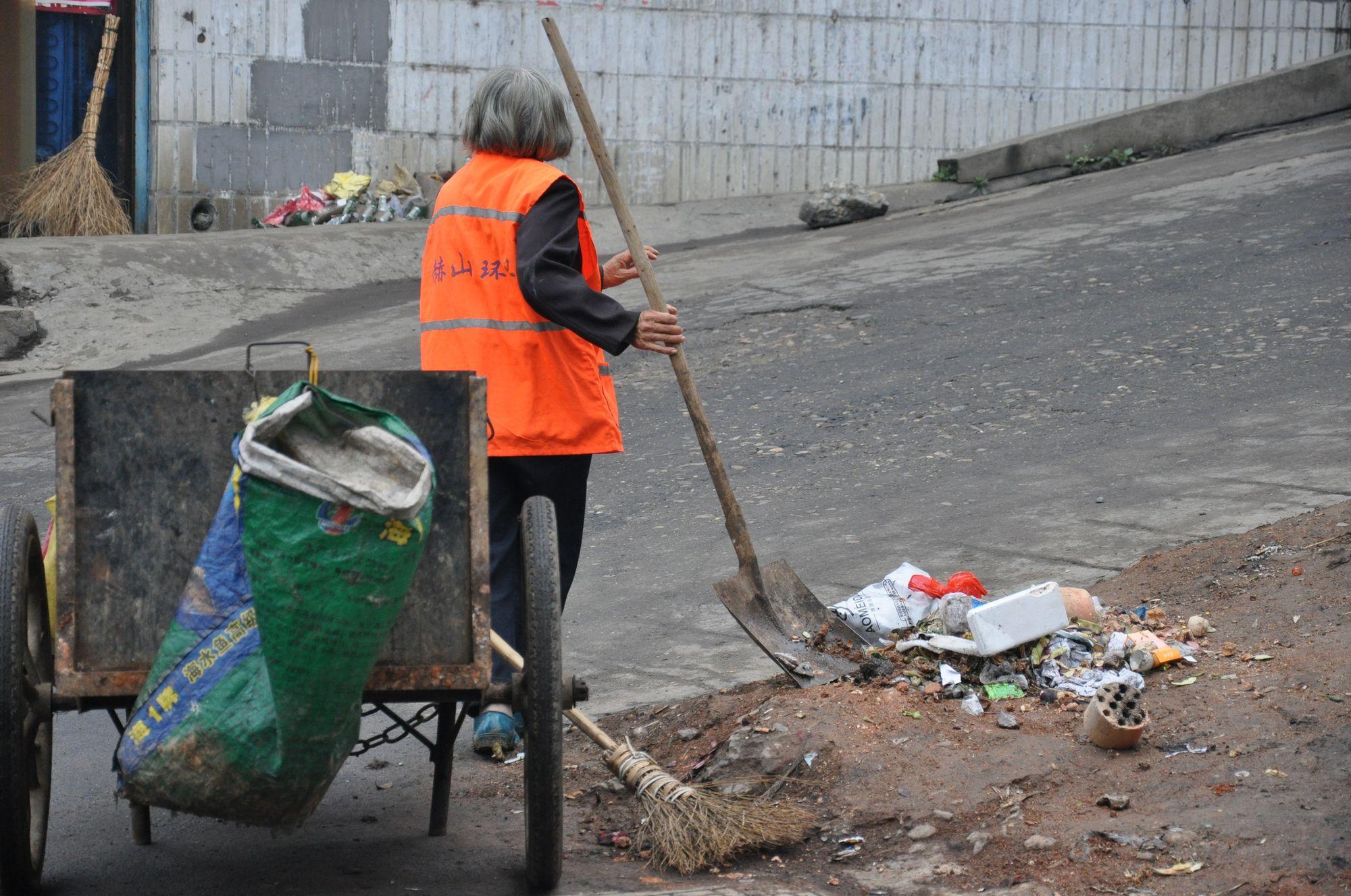 白发环卫工人 垃圾围城 人类的危机