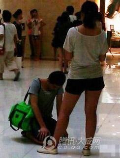 男子下跪求女友