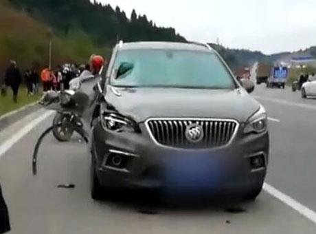 成都男子借朋友车开 撞飞5名行人致2死3伤