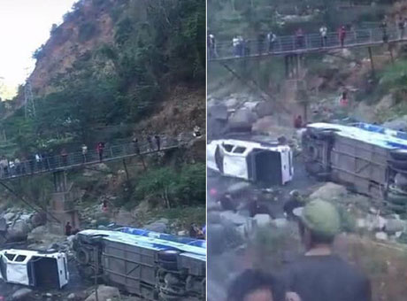 西昌至泸沽湖路上一旅游大巴坠河 8人受伤