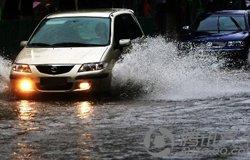 落雨大水浸街 怎样防止汽车涉水