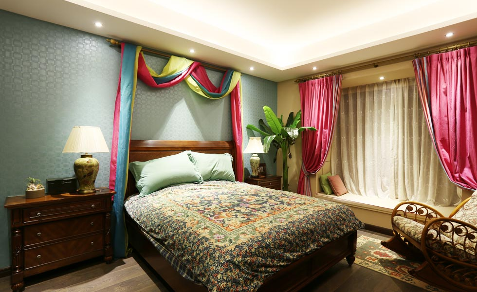 整体墙面用大地色做底,搭配实木的家具,舒适的布艺沙发,营造带有休闲