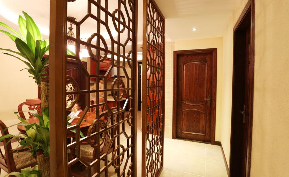 半透明的推拉门,木质和藤编相结合打造卧室门,吊顶以冷静的线条介入
