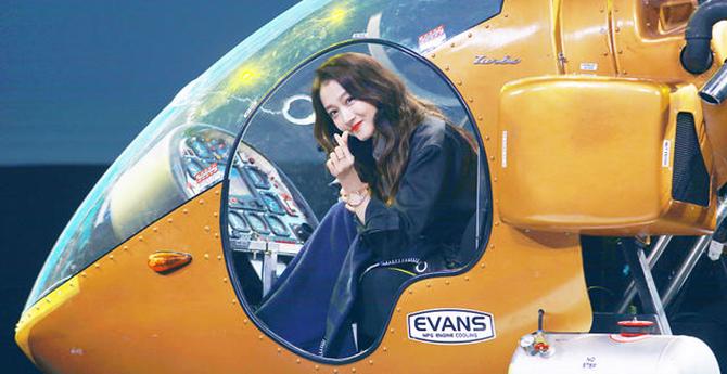 关晓彤坐直升机现身 笑容甜美超长美腿抢镜