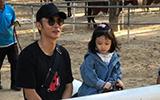 张丹峰夫妇带女儿到动物园骑马