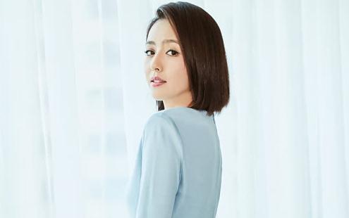佟丽娅蓝色连衣裙展曼妙身姿 尽显自信魅力