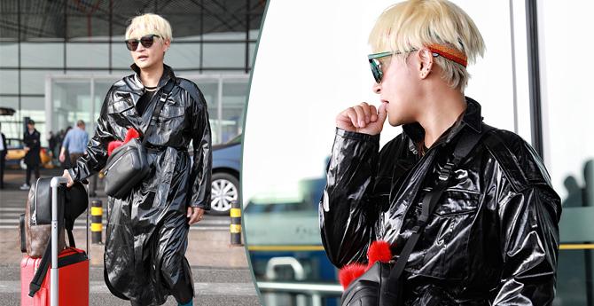 陈志朋穿黑外套似披黑色垃圾袋 脚踩红木鞋傲娇吃手手