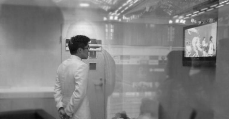 """2009年12月13日,作为东亚运动会的压轴大戏,跳水女子双人三米板决赛在九龙公园游泳馆落幕,奥运冠军""""晶霞组合""""轻松夺冠,郭晶晶的男友霍启刚特意赶到现场为女友助威,为了避开媒体,霍启刚在贵宾室通过电视直播目睹了郭晶晶赛后领奖的每一个镜头。"""