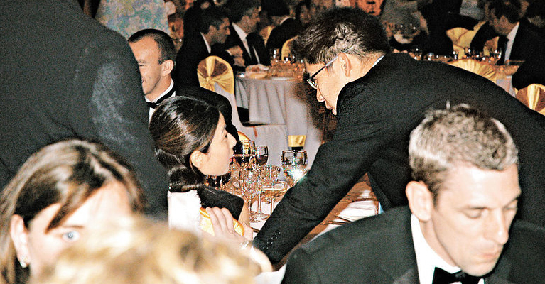2004年9月初,奥运金牌选手访港表演,霍启刚便借父亲是香港奥委会主席之便,频频出现在任何有郭晶晶出席的活动,正式展开连串追求攻势,像郭晶晶有份出席的欢迎晚宴,席上霍启刚不顾身份,犹如小Fans般,冲出保安范围,跟郭晶晶合照。翌日他又再次出动,到九龙公园欣赏郭晶晶的跳水表演,据知霍家宴请一班金牌选手时,当日霍启刚便施展浑身解数,向郭晶晶大献殷勤,难怪相隔不到一个月,霍启刚便能夺得伊人芳心。