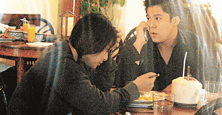 2004年11月15日,有记者看到霍启刚和郭晶晶在香港的浅水湾公然牵手漫步沙滩,两人还共饮一个椰子。两人公开的态度似乎表明两人的亲密关系已经达到可公开状。亲昵谈心的照片流出后,恋情正式曝光。