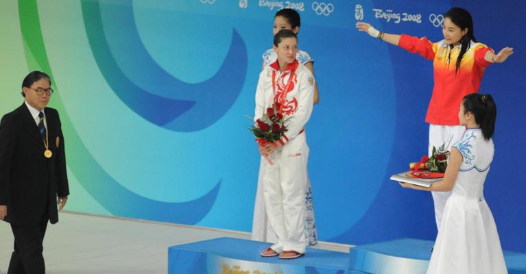 """2008年8月17日,郭晶晶在北京奥运会女子3米跳板决赛中获得金牌。当晚为郭晶晶颁奖的正是香港奥委会会长霍震霆。可以说,此次颁奖提前上演了一次""""媳妇""""见未来""""公公""""的 精彩画面。"""