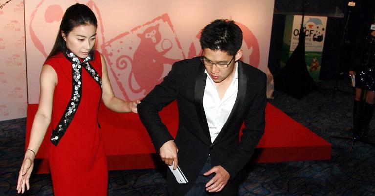 2012年4月21日,霍启刚、郭晶晶出席《海洋公园保育基金珍爱国宝慈善晚宴2012》活动