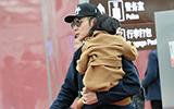 张丹峰抱女儿画面有爱