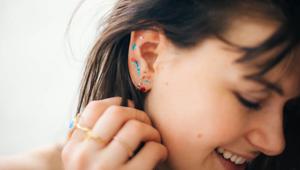 时髦的人都开始在耳朵上化妆了!