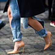 时装周街拍:牛仔裤的疯狂变奏曲
