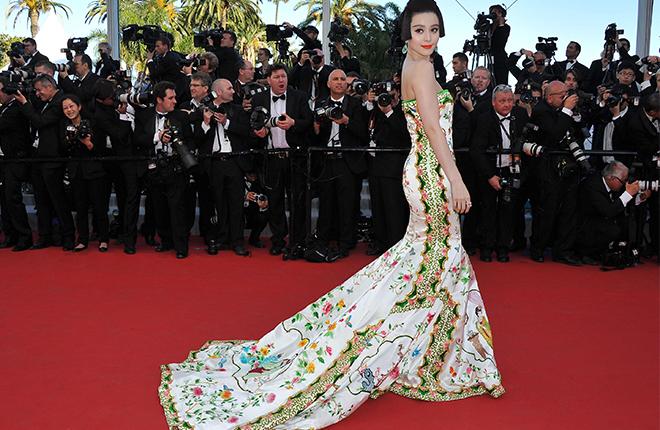 """2012年戛纳电影节,范冰冰身穿""""瓷袍"""""""