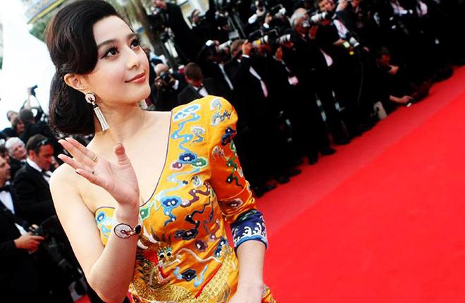 """2010年,范冰冰身穿""""龙袍""""踏上戛纳红毯"""