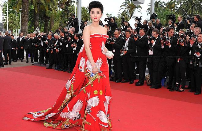 """2011年戛纳电影节,范冰冰身着""""鹤袍"""""""