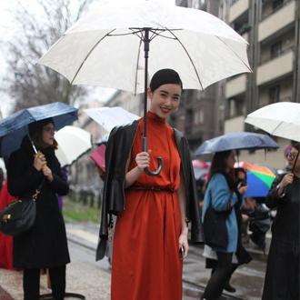 张辛苑领衔 时尚街拍无惧米兰风雨