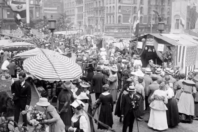 美国街头排队买网袜的妇女