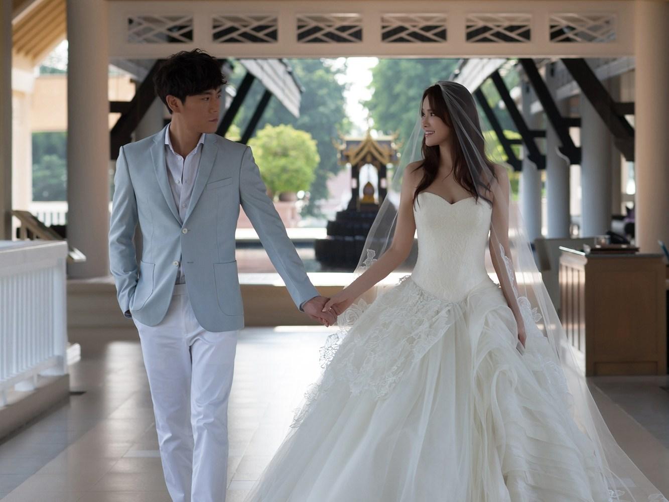 在普吉岛拍摄婚纱照的伊能静和丈夫秦昊.