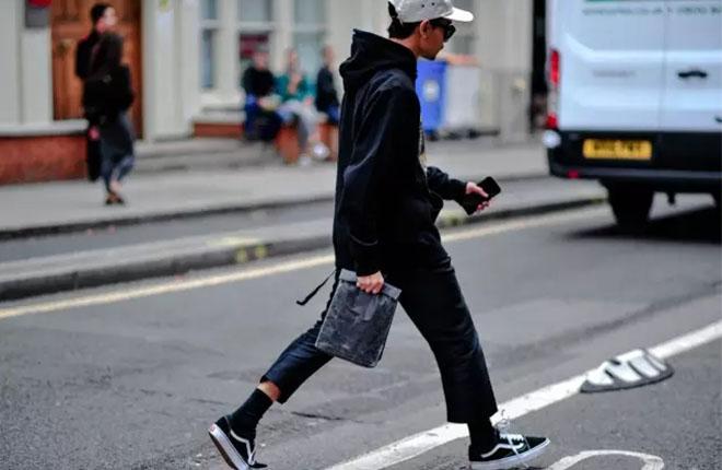 街头随处可见年轻人身穿潮牌