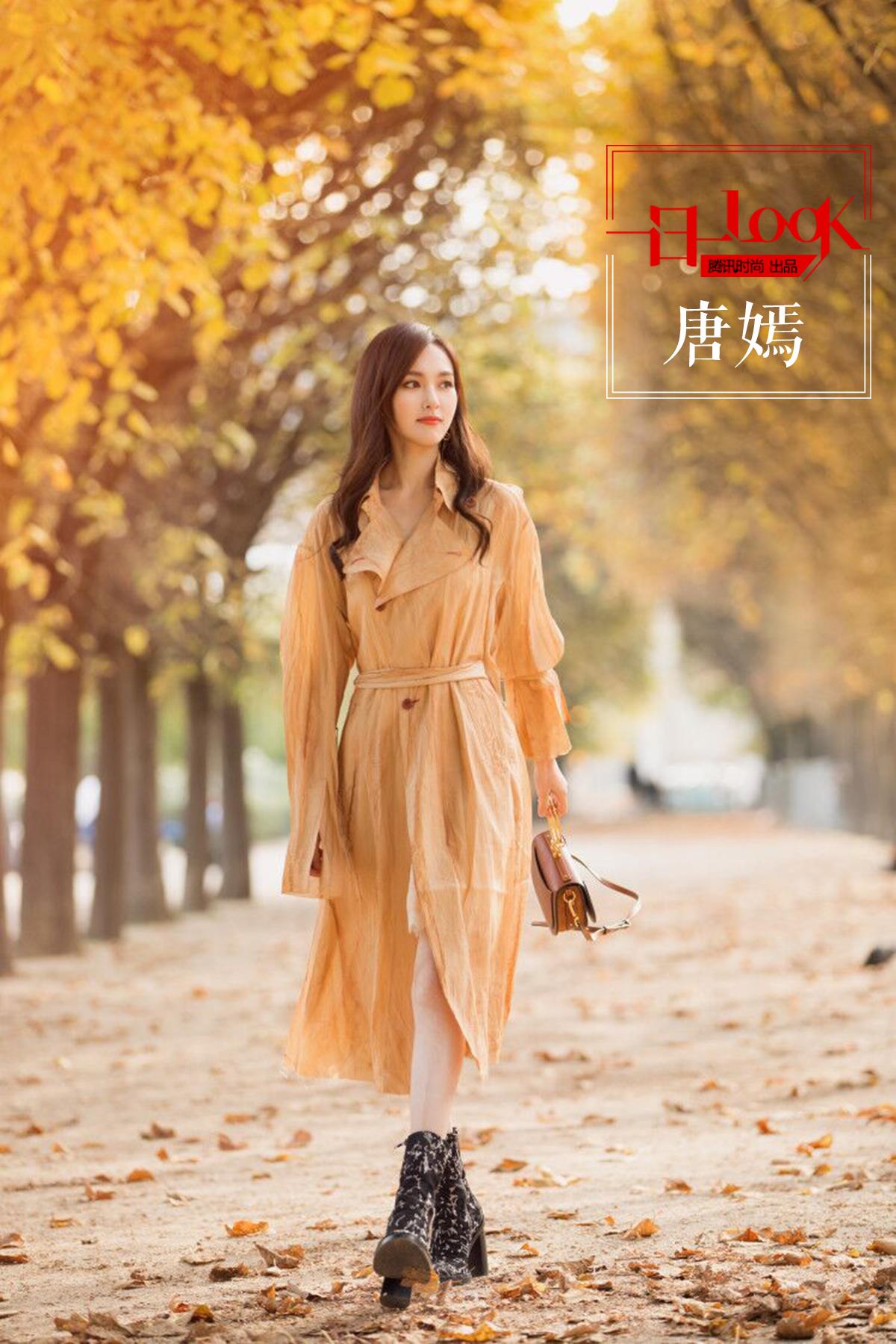 一日一look 高跟靴搭配杏色风衣 唐嫣告诉你这才是17年时尚的打开方式