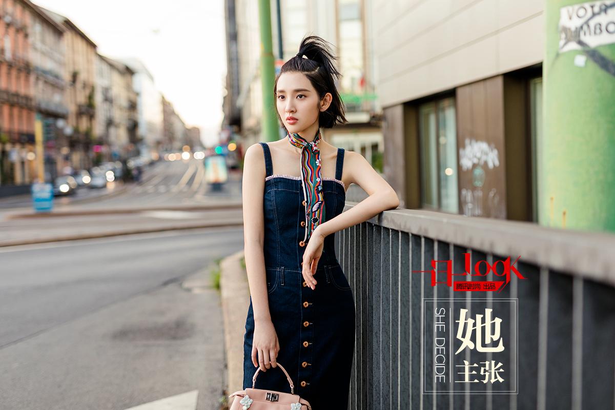 一日一look 甜美系少女唐艺昕身穿一条背带牛仔裙 竟美成18岁少女