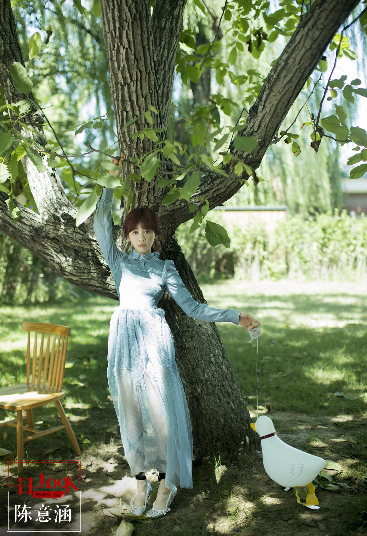 一日一look 绿野寻踪 去深绿色的树林里找一个穿纱裙的陈意涵小仙女