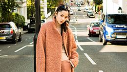 一日一look 烟灰粉色系+羊羔毛大衣 欧阳娜娜的少女感很蓬松