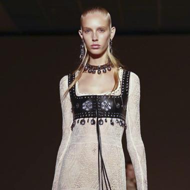 ALEXANDER MCQUEEN 2017春夏:格纹西装蕾丝长裙的复古风