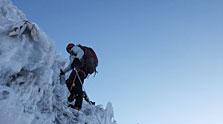 攀岩险峻雪山