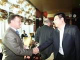 约翰.奎尔奇教授与分众传媒CEO江南春握手