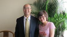 陈九霖(左)与腾讯财经编辑王月合影