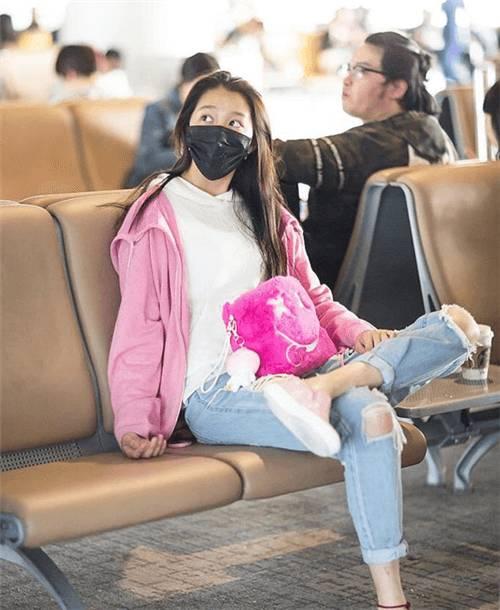 关晓彤素颜走机场,穿再喜庆也遮不住一脸憔悴