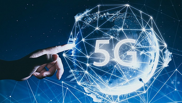 5G的竞技场正在变得越来越热闹。 三个月前,华为曾推出首款3GPP标准的5G商用芯片Balong 5G01和终端5GCPE,网速可达到2.3Gbps,是100兆宽带的230倍。英特尔介绍了全球首个大规模5G网络;TCL实现了3.5G赫兹频段上的实时5G软终端演示;爱立信带来了最新应对5G室内覆盖挑战的5G无线电系统;诺基亚则展示了5G Future X整体网络架构…… 以往无线通信标准的问世常常伴随着纷争,但今年5G让电信各方相关公司都做出了妥协,步调一致地让5G驶入产业落地