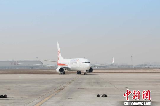 中新网天津3月27日电 (记者 张道正)一架在机头上特别装饰了9999纪念标识的波音公司737系列飞机27日平稳降落在天津滨海国际机场,这标志着奥凯航空成功接收波音公司737系列的第9999架飞机。至此,奥凯航空波音机队规模增至27架。 该架飞机的机型为737-800,机身号为B-1228,是波音公司737系列的第9999架飞机,于美国时间3月23日正式交付奥凯航空,3月24日从美国西雅图波音机场起飞,途经夏威夷、塞班两地,于3月27日准时抵达天津滨海国际机场。 737系列飞机是波音公司最成功的机型之一