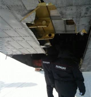 俄罗斯雅库茨克机场一架飞机上掉下了黄金.