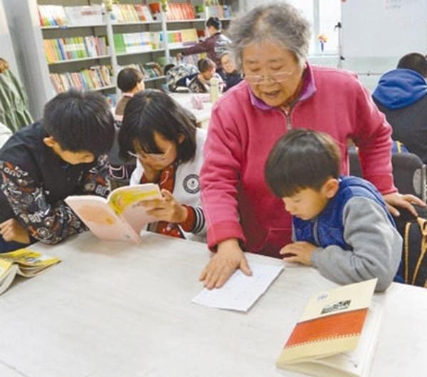 七旬退休教师自办免费课后辅导班,学生都是农民工子女