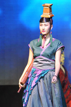 """中国模特身穿古装演绎""""汉工厂""""华丽古风服饰,惊艳四座"""
