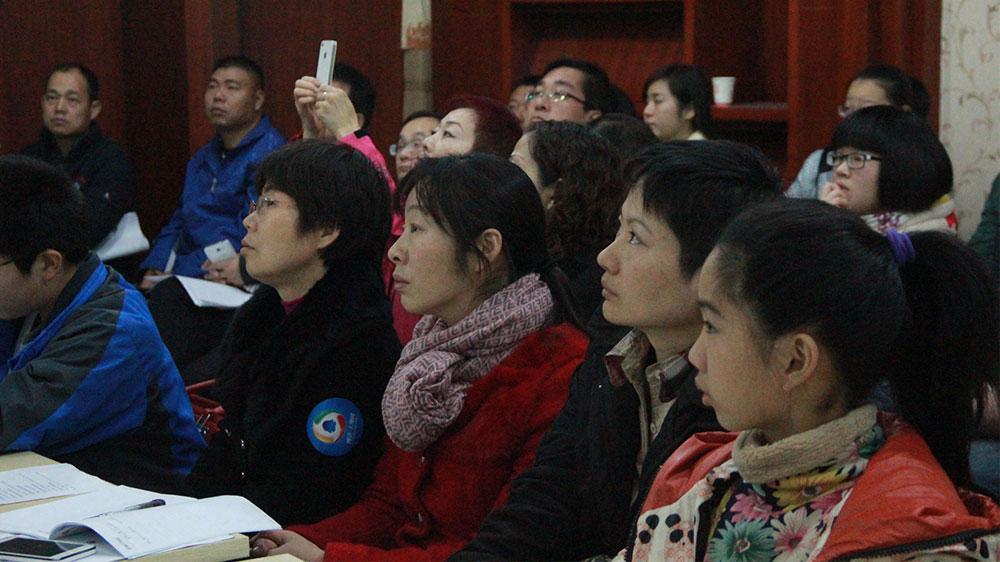 不少家长带着孩子一起来听讲座,共同学习如何备战中招考试。
