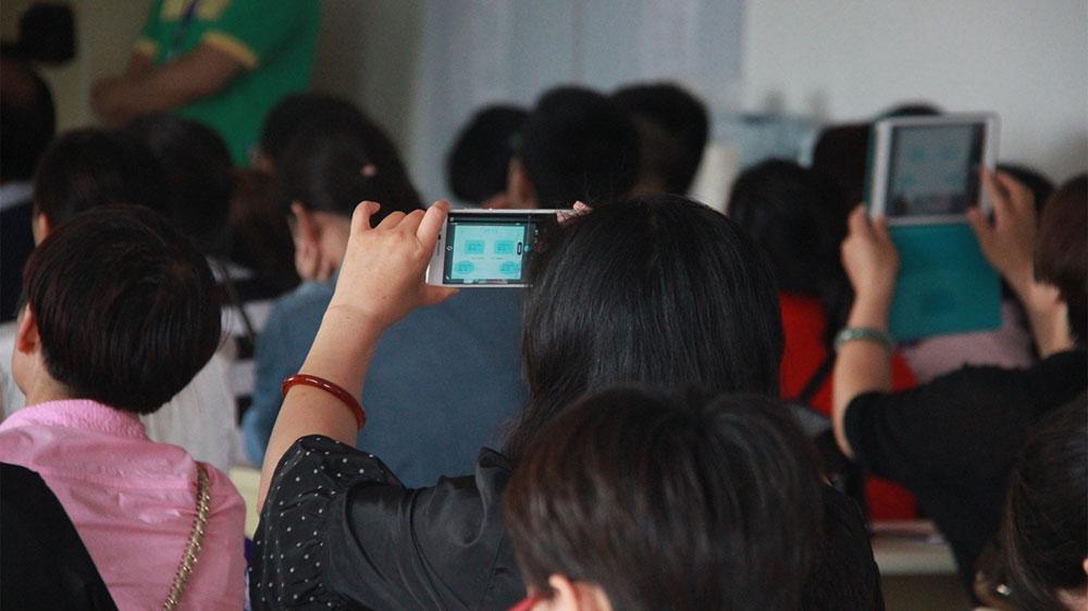 不少网友用手机拍下路老师讲课的幻灯片