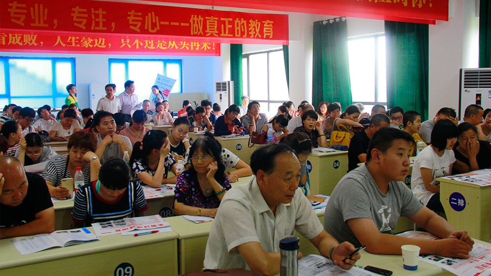 离讲座开始还有二十分钟,教室里已经坐满了网友。