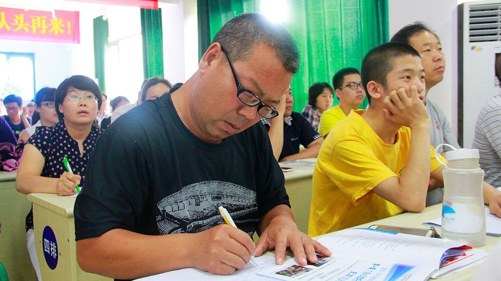 路应杰老师讲课风趣幽默,不少家长在认真地做笔记