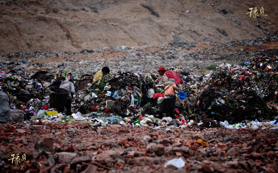 豫见第七期:垃圾堆上的童年08