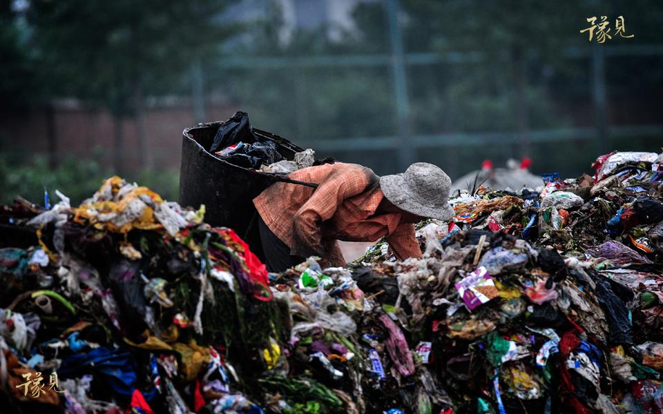 豫见第七期:垃圾堆上的童年09
