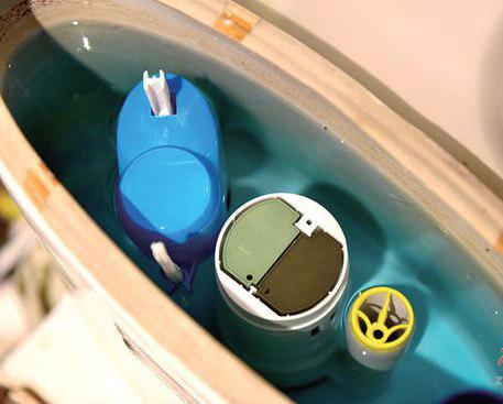 马桶水箱放洁厕块等于自杀?