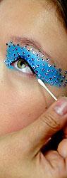 Dior 2013春夏秀场后台 美钻眼妆闪耀动人