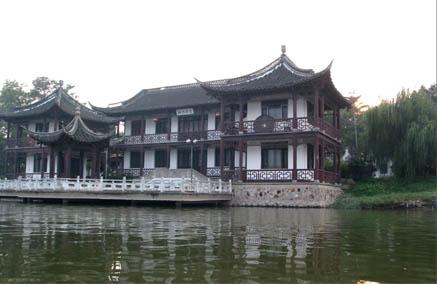 介绍:泰州凤城河风景区是国家4a级景区,以泰州护城河为主体兴建的