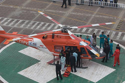 直升机救援现场医护人员